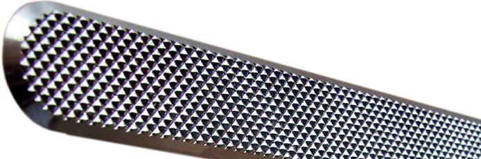 Linien aus Edelstahl mit Diamantmuster